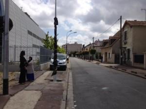 A gauche le data center, à droite les maisons, rue Rateau, à La Courneuve (JL).