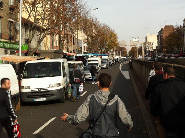 Des piétons qui cheminent sur la chaussée de l'exRN2 un jour de marché