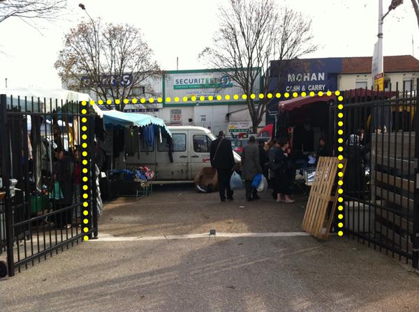 L'entrée de la Maison du Peuple Guy Moquet occupée par le marché